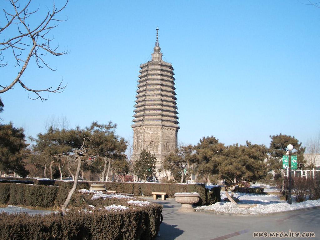 一、古塔的历史 在中国辽阔美丽的大地上,随处都可以看到古塔的踪影。这些千姿百态的古塔,其造型之美,结构之巧,雕刻、装饰之华丽,均堪与我国其它种类的古代建筑相比。然而,在我国早期的古代建筑物中有楼有阁,有台有榭,有廊有庑,有民居有桥梁有陵墓,唯独没有塔。原来塔这种建筑并不是我国的固有类型,而是外国的一种建筑。在传入我国以后,塔又和我国原有的建筑形式相结合,形成了一种具有中国民族传统特色的新的建筑类型。 塔原本产生于印度,是佛教的一种建筑物。公元前五、六世纪时,古印度的释迦牟尼创立了佛教,塔就是保存或埋葬佛教