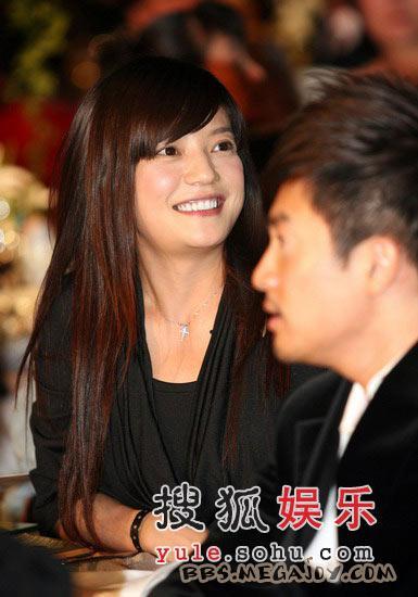 赵薇为员工庆生献吻 素颜出镜真的好美